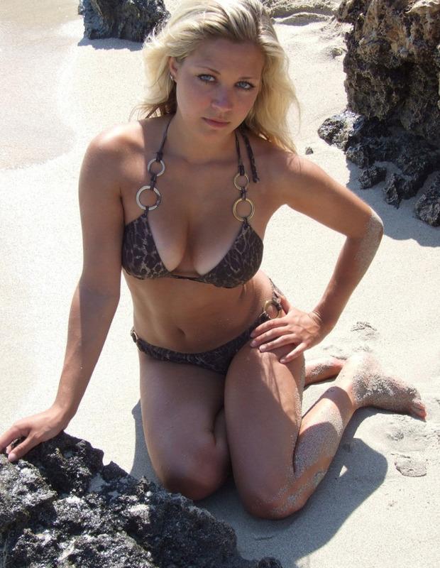 Блондиночка на отдыхе выставила напоказ бледные буфера