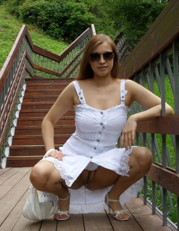 Стоя на мостике сисястая леди расстегнула белый сарафан
