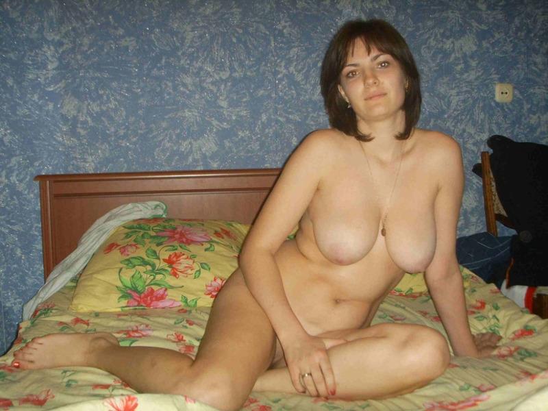 Горячая тетка разместилась в белье в спальне