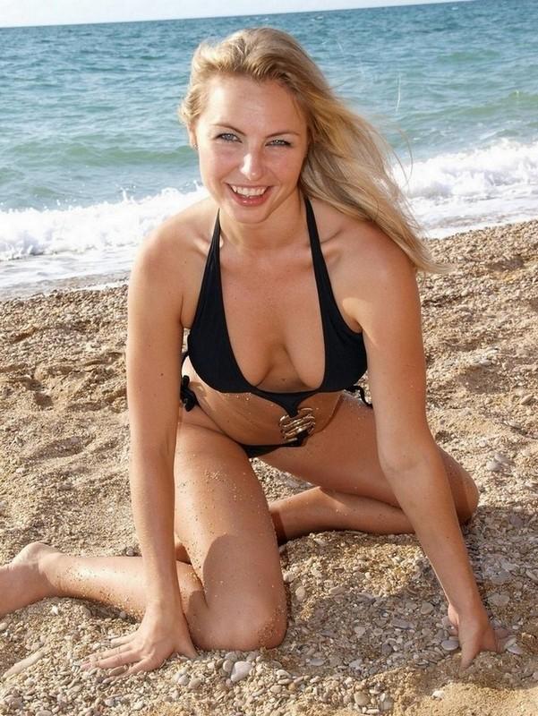 Гибкая Лаура расслабляется на пустынном пляже