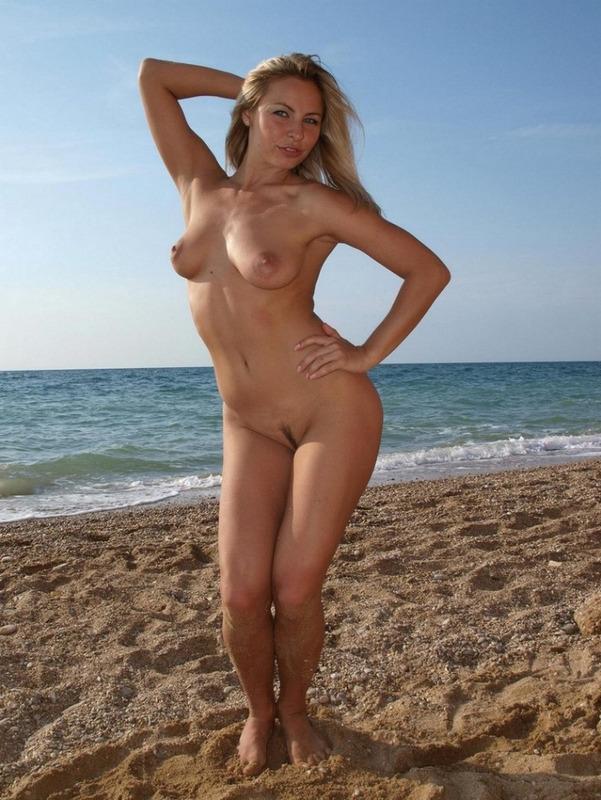 Гибкая Лаура снимается на пустынном песке