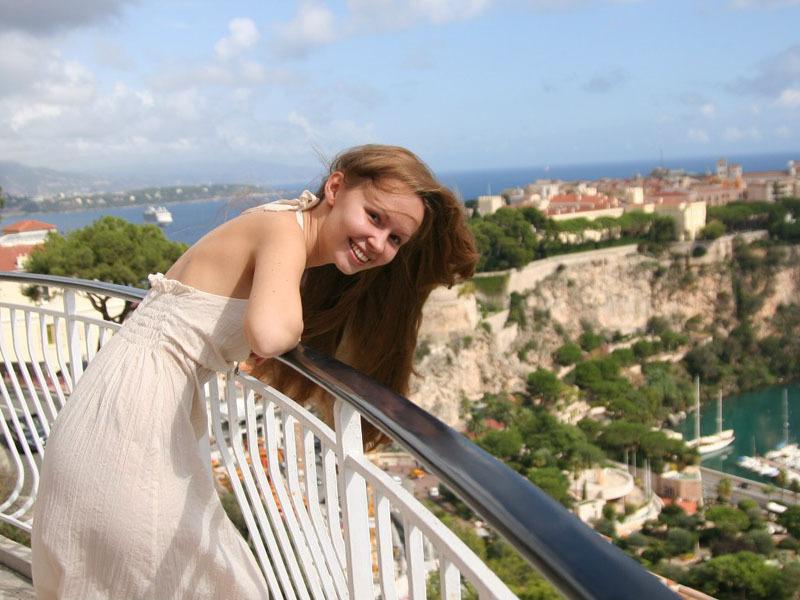18 Летняя Настя с удовлетворением обнажает прелести для фотосессии