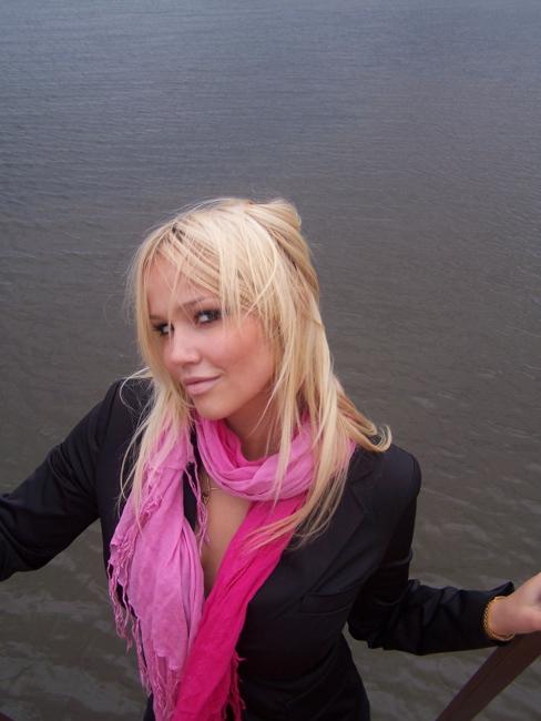 Стройная блондинка на поляне кайфует в сексуальном белье