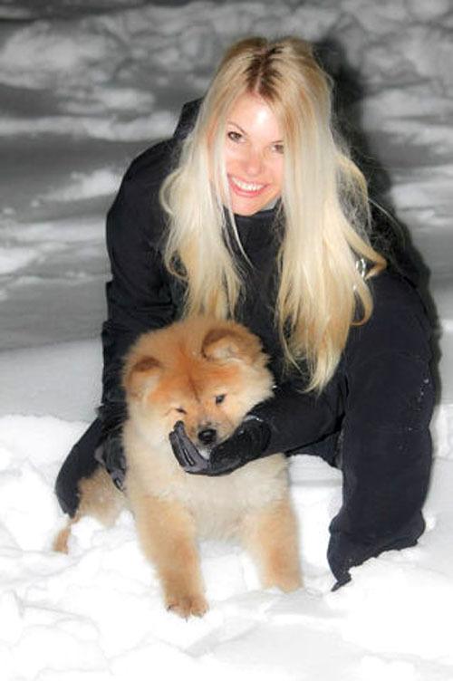Классная блондиночка для фотосессии блистает идеальным торсом