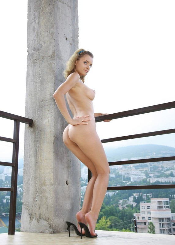 Красавица светит на балконе многоэтажки