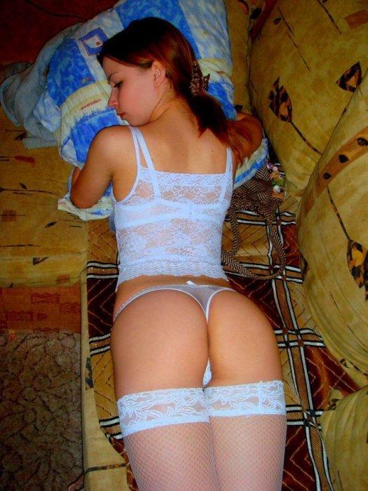 Симпотная Даша на постели блистает идеальной фигурой
