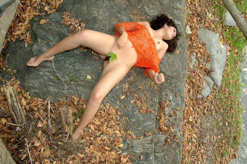 Развратная фурия обнажила писю под кронами деревьев