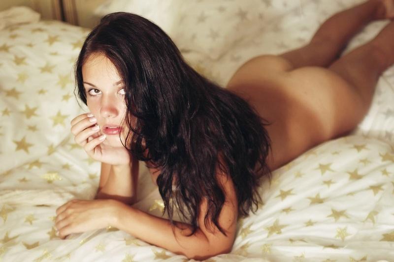 Молодая фотомодель позирует на кухне секс фото