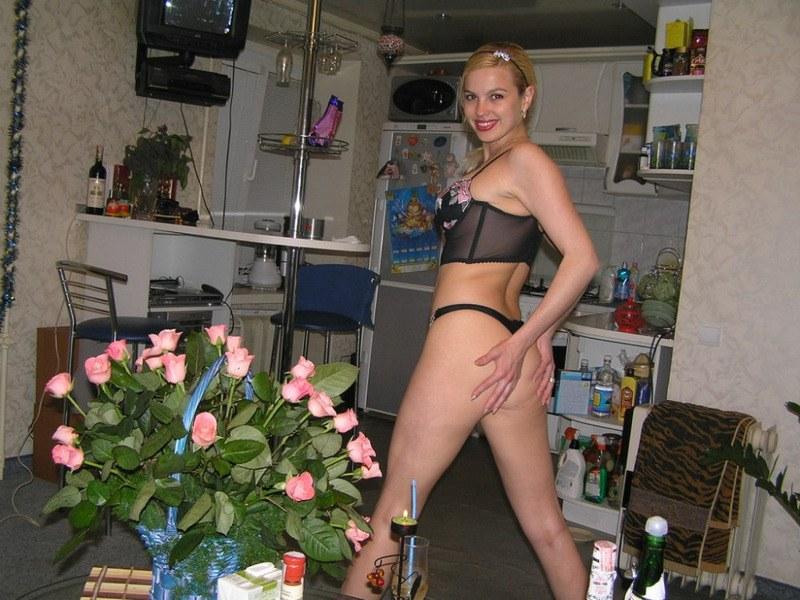 Баловница позирует для своей любовницы в домашних условиях