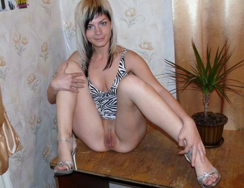 25 Летняя Оксана у себя дома светит промежностью