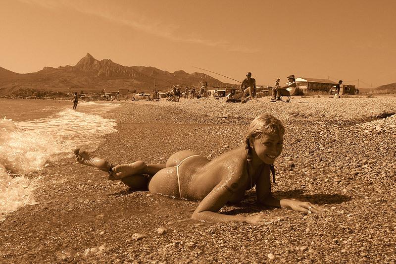 Похотливая блондиночка демонстрирует прелести на пляже