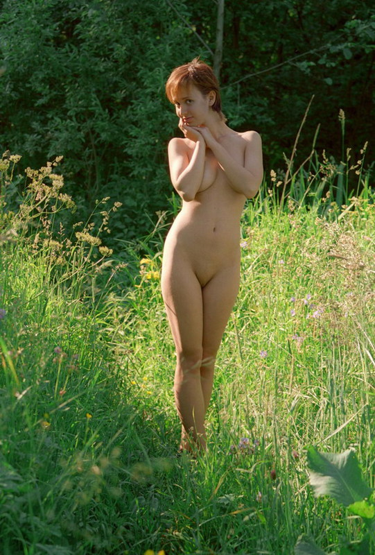 Рыженькая скромняга застенчиво фотографируется в чем мать родила в саду