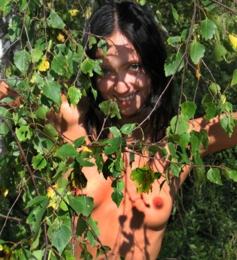 Деревенская пошлячка позирует возле дерева