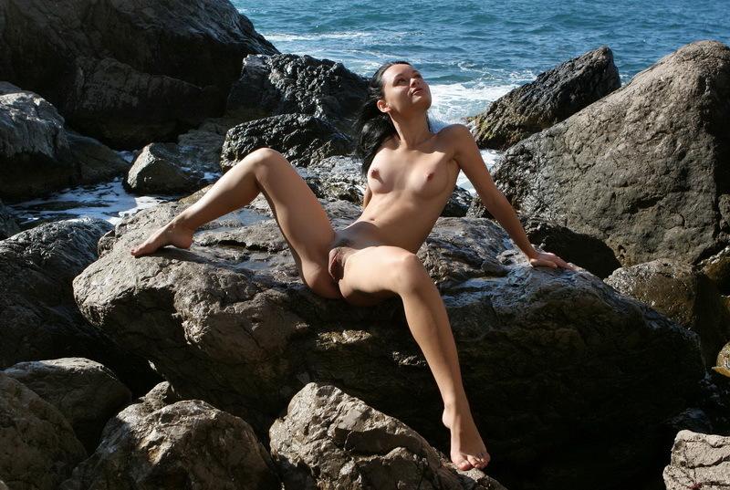 Сексуальная девушка хвастается киской на открытом воздухе
