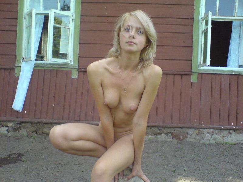 Голая блонда стоит на пшеничном поле