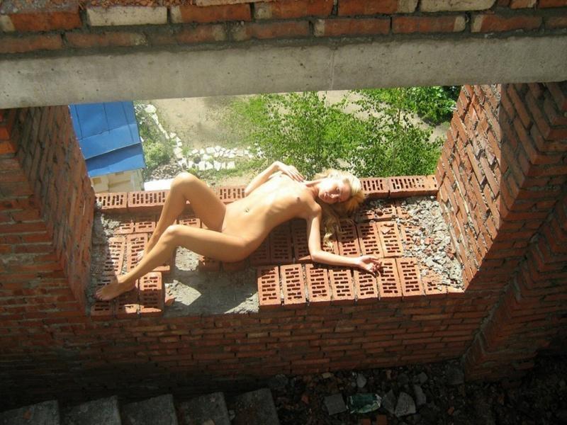 На старой стройке светловолосая телка шалит с голой моделью секс фото