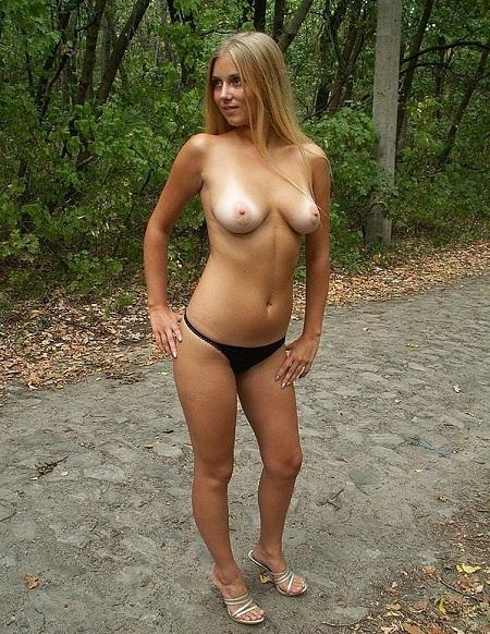 Пошлая чика расселась на лесной дороге