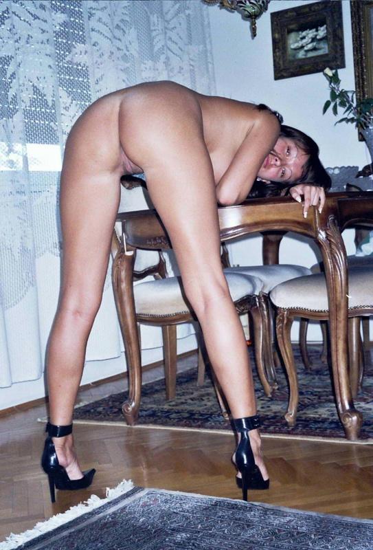 Брюнеточка залезла на стол, предварительно сняв трусы полностью