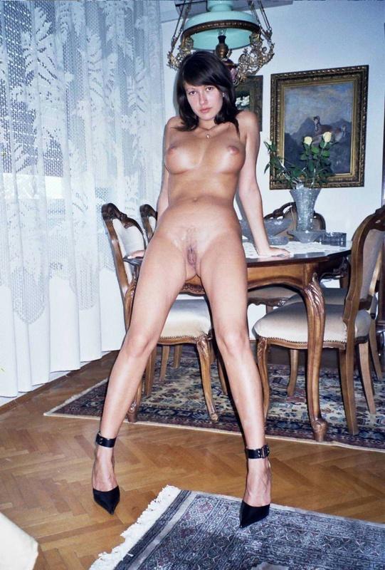 Шатенка залезла на столик, предварительно сняв белье полностью