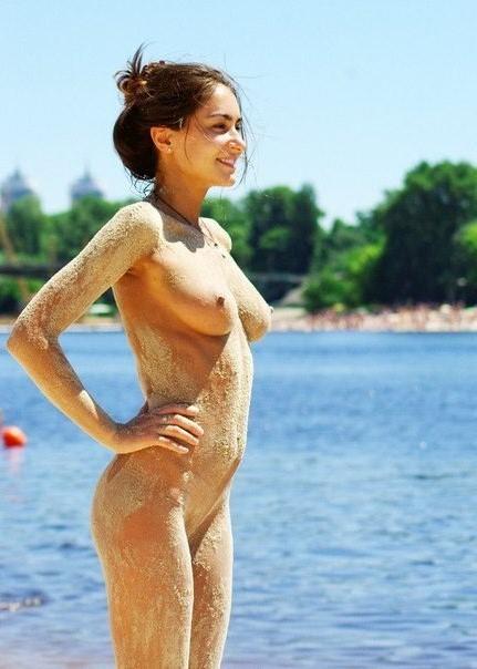 Прекрасная развратница обожает отдыхать на пляже без купальника