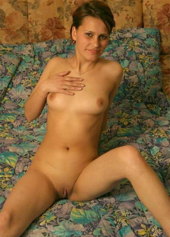 Красавица Яна раздвинула ножки лежа на спине секс фото