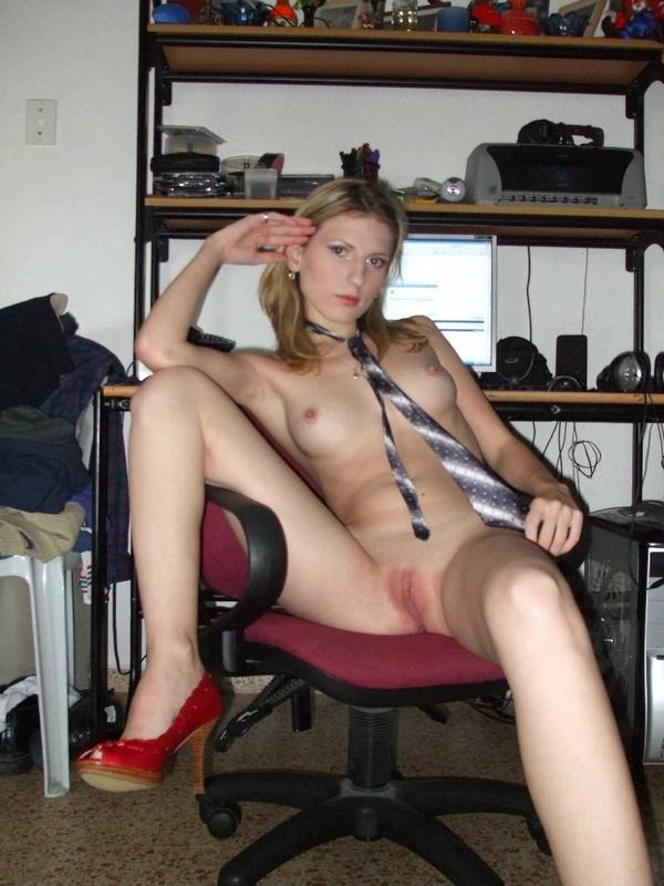 Телка сидит в кресле в одном только галстуке смотреть эротику