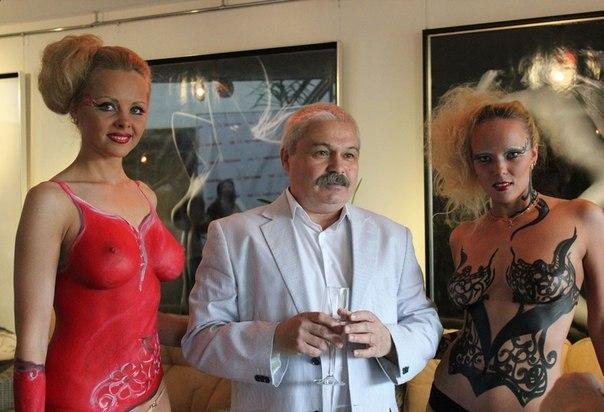 Московские фрау не прочь раздеться в ночном клубе