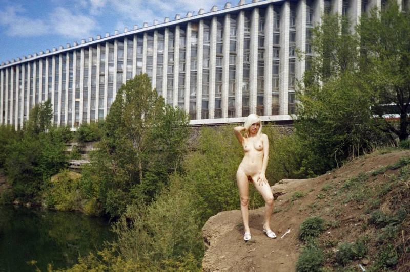 Голая блондинка средь бела дня гуляет по городу