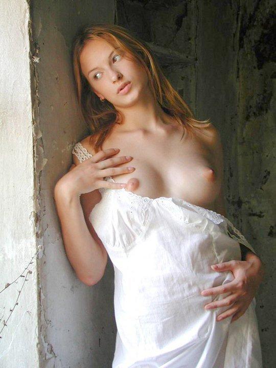 Деревенские лесбиянки шалят в заброшенной хате