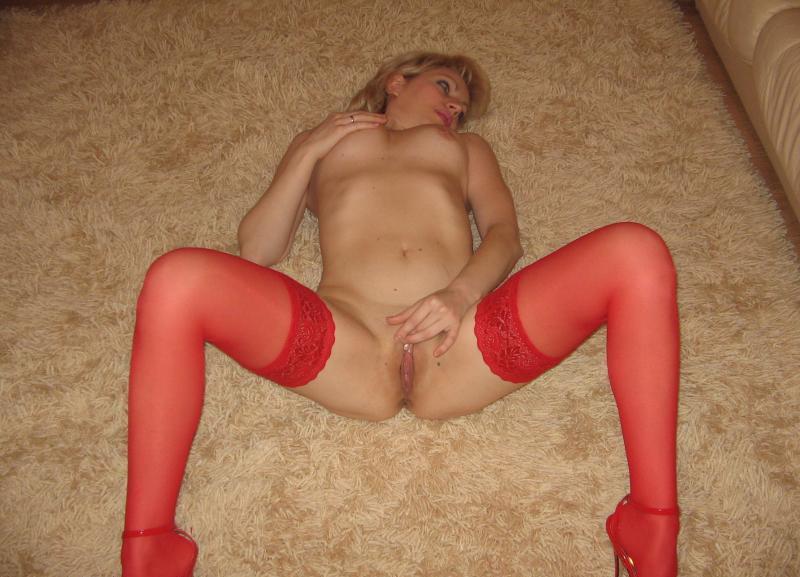 Милфа в красном белье снимается на полу