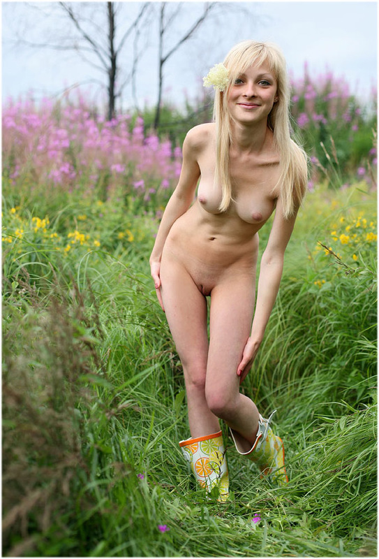 Деревенская блондиночка выставила напоказ свои прелести в поле