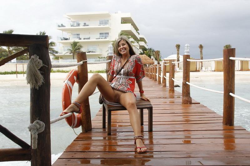Очаровательная нудистка отдыхает в номере после моря