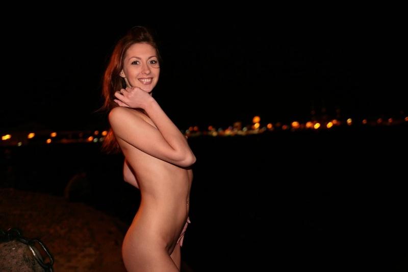 Обнаженная особа прогуливается ночью по набережной секс фото