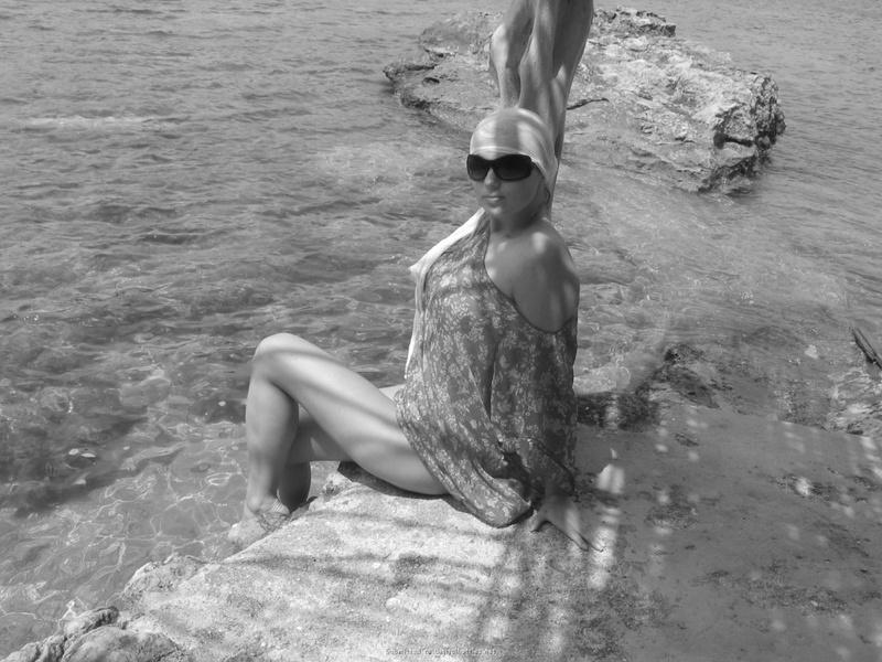 Голая соседка плавает в небольшом заливе смотреть эротику