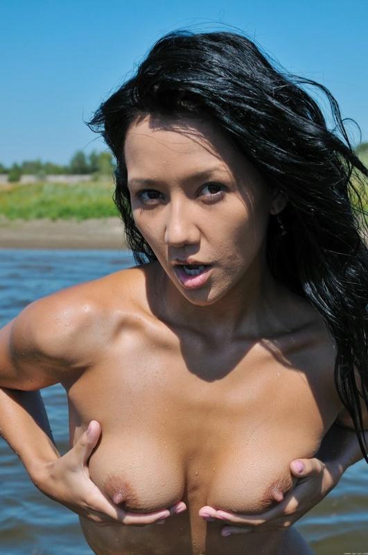 Божественная вертихвостка возбужденно мастурбирует на речке