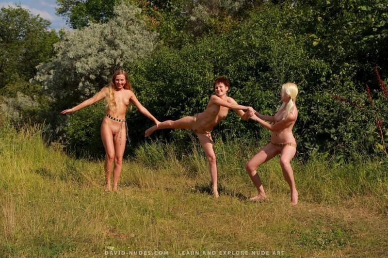 Красивые подруги красуются в обнаженном виде на открытом воздухе