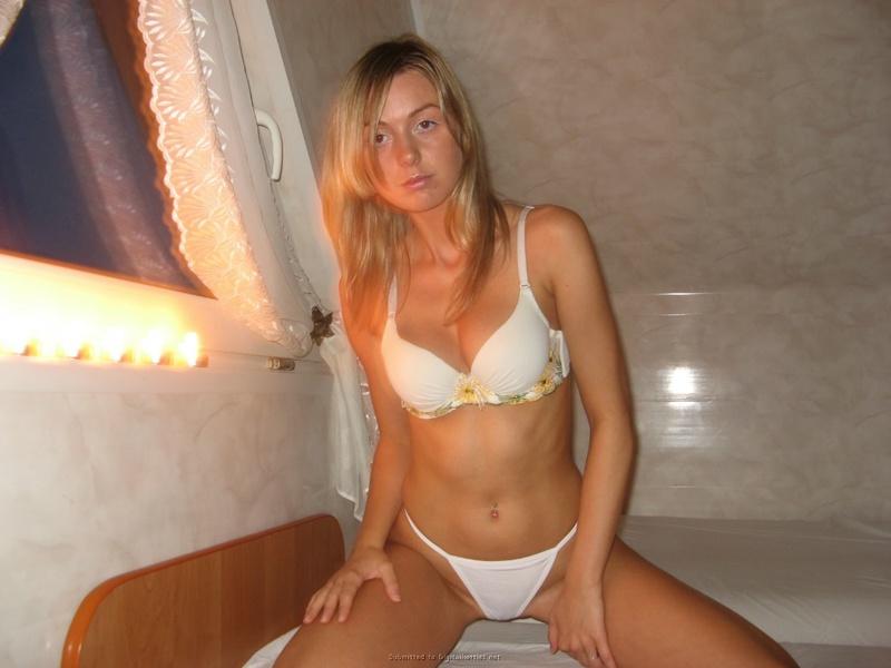 Девушка красуется в нижнем белье не только в своей квартире секс фото