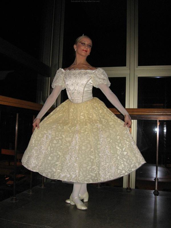 Возбужденная балерина хочет оголятся у себя в квартире после танцев секс фото