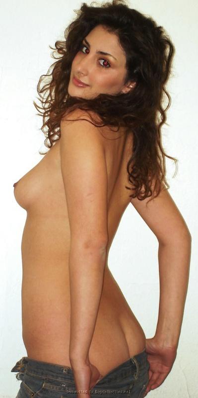 Памела оголила роскошную грудь на белом фоне