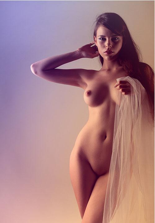 Гимнастка с удовольствием показывает тело в студии