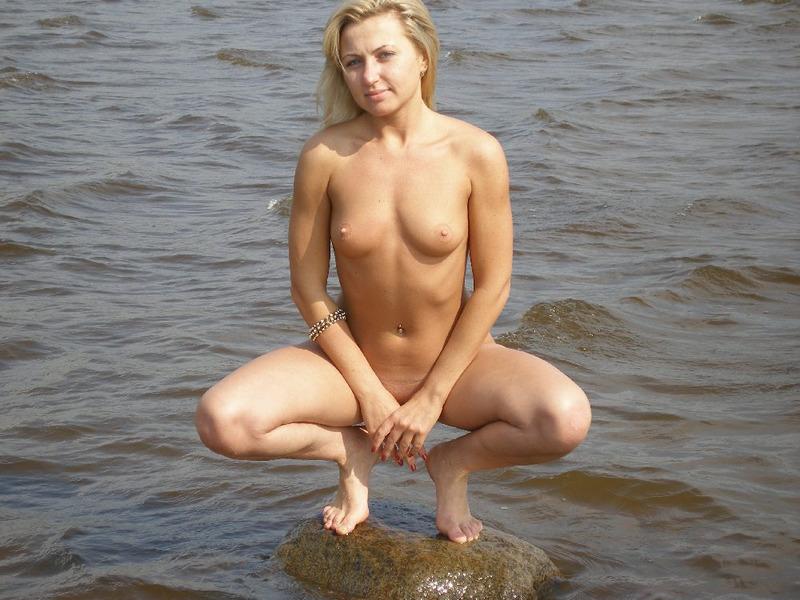 Взрослая шлюха на свежем воздухе фотографируется без нижнего белья