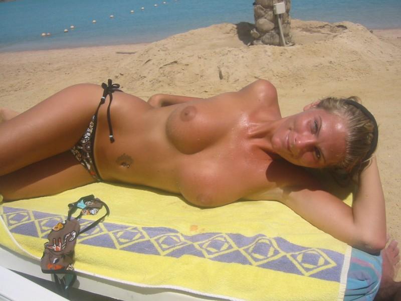 Привлекательная Анжела отдыхает на море топлес