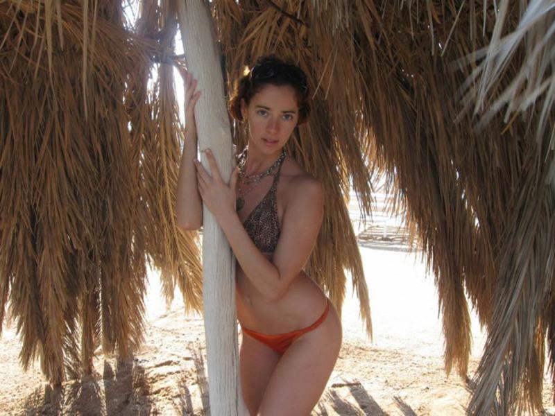Рыжая Кристина не отказывает показывать голое тело даже на природе