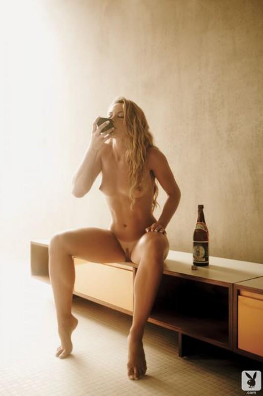 Звезда плейбоя осталась в апартаментах совершенно голая