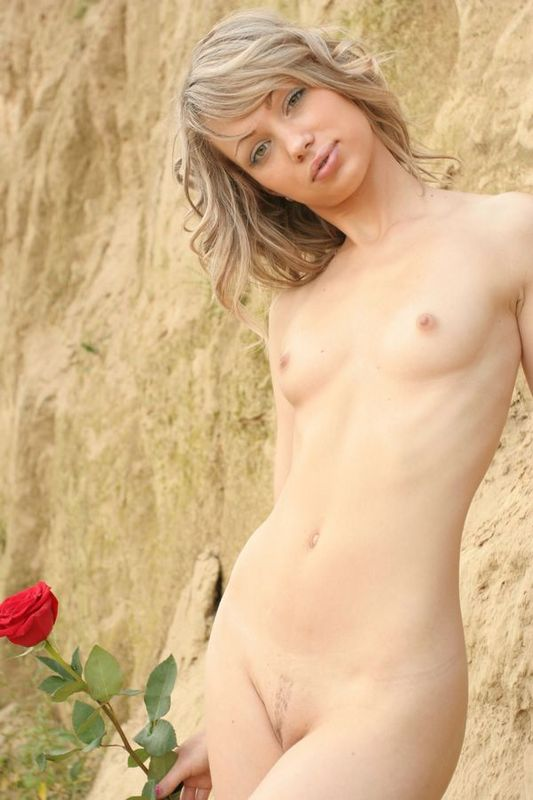 Светлая порноактриса в горах играется с розой