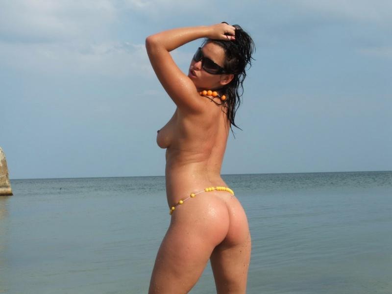 Обворожительная нимфа раскрепостилась на берегу моря