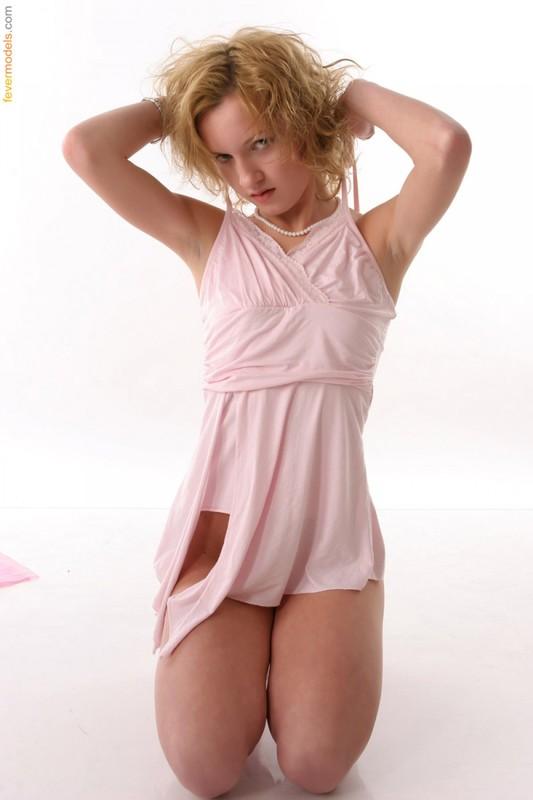 Фрау выставляет напоказ попку задрав розовый сарафан смотреть эротику