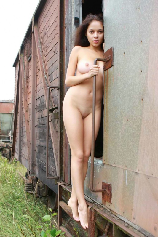 Аня Каренина расселась в чем мать родила на железной дороге