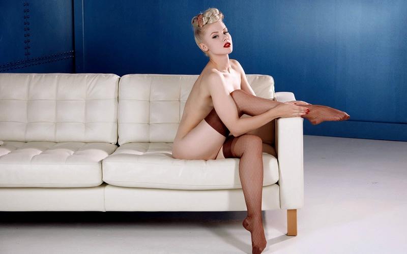 Крутая блонди согласилась на приключения в стиле шестидесятых