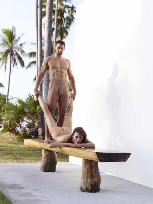 Флора и Алекс тренируется на скамейке без лифчика смотреть эротику